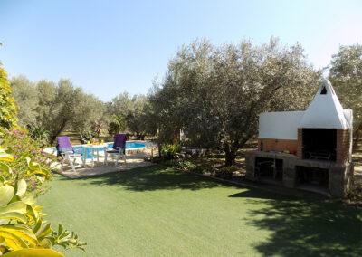 The barbecue area & garden at Casa Benisalte, Órgiva