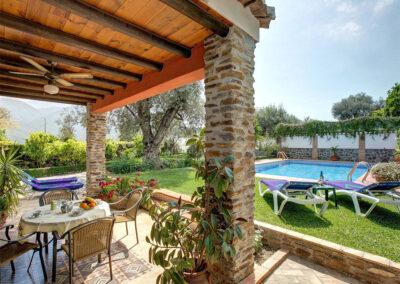 The patio & alfresco dining area at Casa Buganvilla, Órgiva