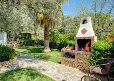 The barbecue area & garden at Casa Encantadora, Órgiva