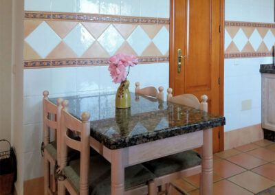 The kitchen & dining area at Casa Los Lirios, Villanueva de la Concepción