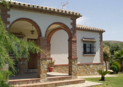 Casa Los Lirios, Villanueva de la Concepcion is a luxury two bedroom villa in enclosed gardens boasting lawns, terraces & private pool with pleasant rural views. Comfortably furnished with modern kitchen close to shops & restaurants.