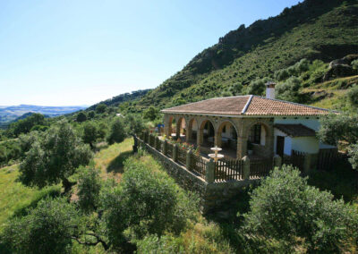 Casa Montaña, Gaidovar is a traditional country cottage perched on the hillside in Grazalema Natural Park. Spacious living room, kitchen, three bedrooms and family bathroom. Stunning views from pool terrace and shady arcade. Close to Grazalema & Ronda.