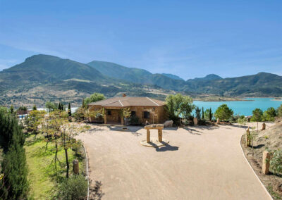 El Dolmen de Alaju, El Gastor enjoys exceptional views of the nearby lake from the open-plan living room & terraces. Relax by the pool or explore nearby natural parks. This three bedroom two bathroom villa has upscale furnishings just ten minutes from El Gastor.