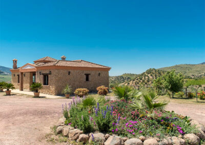El Huertecillo, El Gastor is a beautifully furnished three bedroom, two bathroom villa overlooking the Embalse de Zahara lake & castle-topped mountain. The open pool terrace is perfect for relaxing, dining & swimming in peaceful rural surroundings.