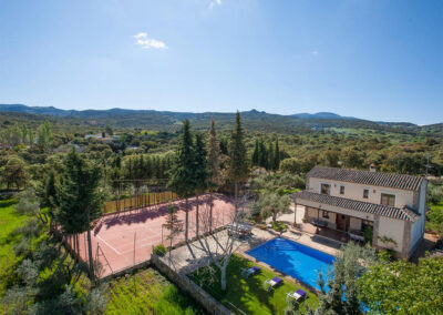 Hacienda Los Olivos, Ronda is a three bedroom three bathroom country house with private swimming pool, tennis / badminton court, sun terrace & rural views. Modern kitchen, well-furnished open-plan living room, ten minutes drive from restaurants & attractions.