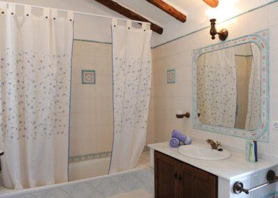 The first floor bathroom at Huerta Atienza, Montecorto