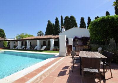The alfresco dining area & swimming pool at La Abadesa, Nueva Andalucía