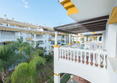 The balcony & alfresco dining area at La Dama De Noche, Nueva Andalucía