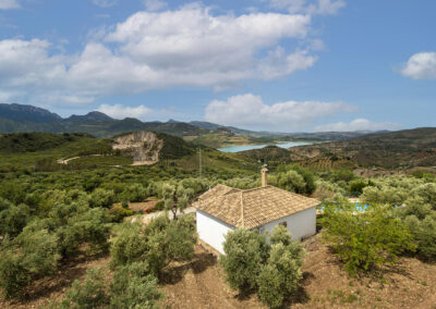 La Zarza near El Gastor is a whitewashed stone cottage perched on the hillside with mountain & lake views. Open & covered terraces around the pool provide a relaxed lifestyle. Large sitting room & open-plan kitchen, two bedrooms & modern bathroom.