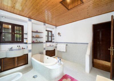 Bedroom #2 en-suite & family bathroom at Sierravista, Órgiva