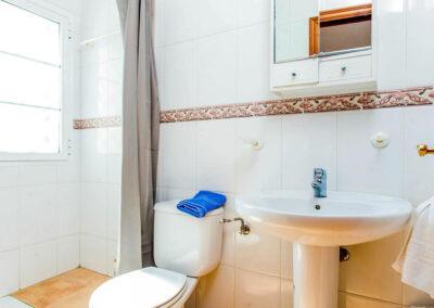 The lower ground floor bathroom at Villa Albaricoque, Nerja