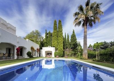 The covered terrace & swimming pool at Villa Atalaya, Nueva Andalucía