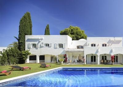The swimming pool & terrace at Villa Atalaya, Nueva Andalucía