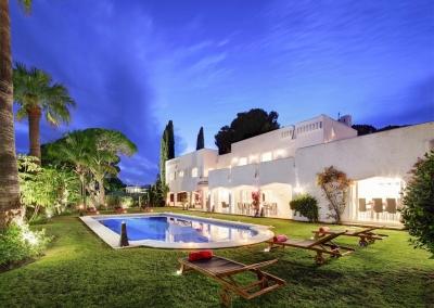The swimming pool & garden at Villa Atalaya, Nueva Andalucía