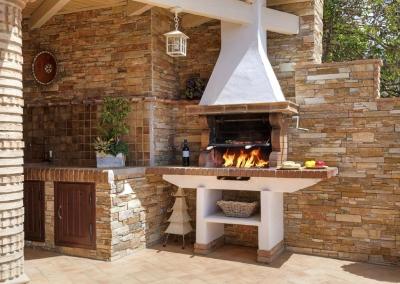 The outdoor kitchen & barbecue area at Villa Loli, Frigiliana