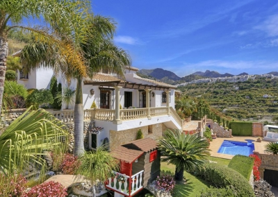 The swimming pool & beautifully manicured garden at Villa Loli, Frigiliana