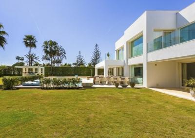 The garden & patio at Villa Marques, Nueva Andalucía