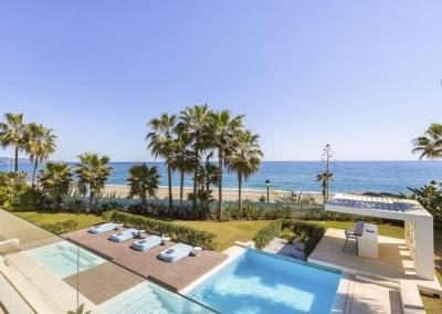 The jacuzzi, swimming pool & terrace at Villa Marques, Nueva Andalucía