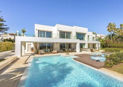 The terrace, swimming pool & jacuzzi at Villa Marques, Nueva Andalucía