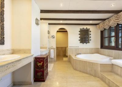 Bedroom #1 en-suite at Villa Mastranto, El Paraíso