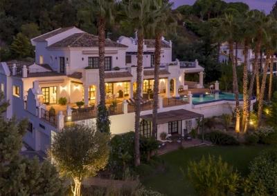 The swimming pool, terraces & gardens at Villa Mastranto, El Paraíso at night